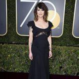 Lena Headey posa en la alfombra roja de los Globos de Oro 2018