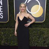 Emilia Clarke posa en la alfombra roja de los Globos de Oro 2018