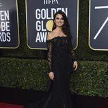 Penélope Cruz posa en la alfombra roja de los Globos de Oro 2018