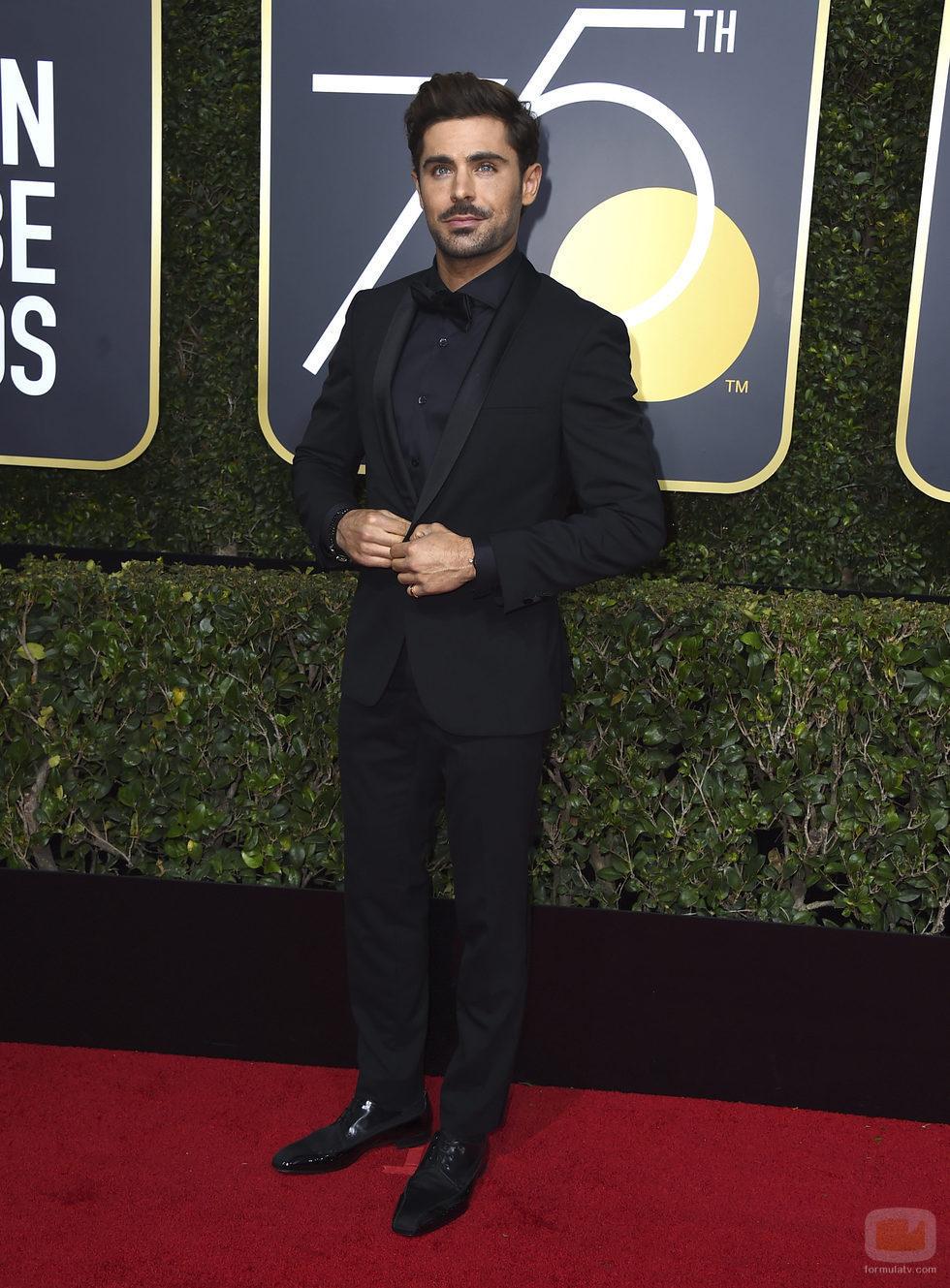 Zac Efron posa en la alfombra roja de los Globos de Oro 2018