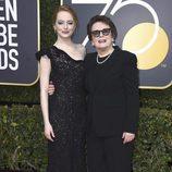 Emma Stone y Billie Jean King posan en la alfombra roja de los Globos de Oro 2018