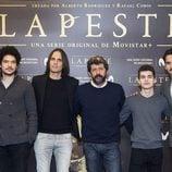 El elenco principal de 'La peste' junto a Rafael Cobos y Alberto Rodríguez, los creadores, en la presentación de la serie