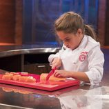 Esther, ganadora del programa, prepara su plato final en  'MasterChef Junior 5'