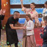 Dabiz Muñóz le entrega el premio a Esther, la ganadora de 'MasterChef Junior 5'