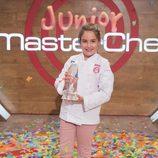 Esther posa con el trofeo como ganadora de 'MasterChef Junior 5'