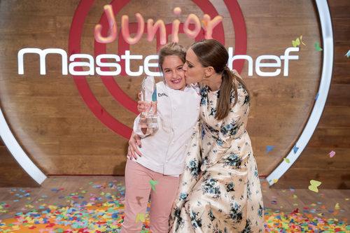 Eva González y Esther en la final de 'MasterChef Junior 5'