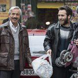 Antonio y Carlos sonríen en la temporada 19 de 'Cuéntame cómo pasó'