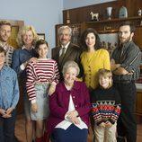 Los Alcántara posan en una foto familiar en la temporada 19 de 'Cuéntame cómo pasó'