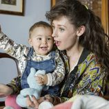 Karina juega con su hija en la temporada 19 de 'Cuéntame cómo pasó'