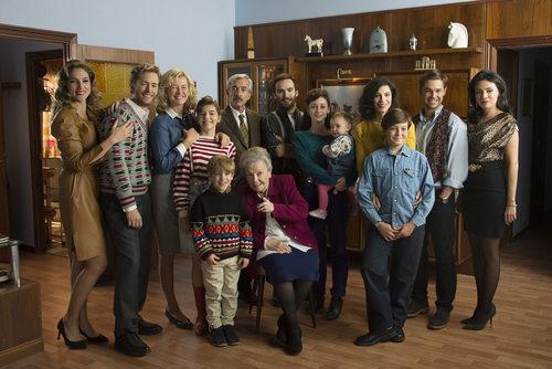 Toda la familia Alcántara posa sonriente en la temporada 19 de 'Cuéntame cómo pasó'