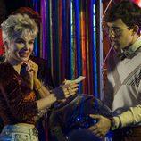 Angie, interpretada por Julia Piera, en el karaoke en el primer capítulo de la temporada 19 de 'Cuéntame cómo pasó'