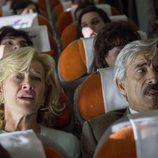 Mercedes y Antonio se asustan en su vuelo a Londres en el primer capítulo de la temporada 19 de 'Cuéntame cómo pasó'