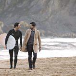 Miguel Ángel Muñoz y Kiko Rossi en la playa con un surfista en 'Presunto culpable'