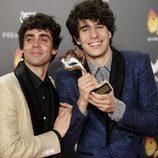 Los Javis posan con su galardón en Premios Feroz 2018