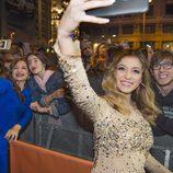 Thalía y Mireya de 'OT 2017' haciéndose fotos con los fans en el preestreno de la temporada 19 de 'Cuéntame cómo pasó'