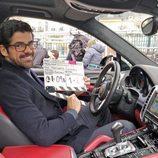 Miguel Ángel Muñoz posa con la claqueta del episodio de 'Presunto Culpable'