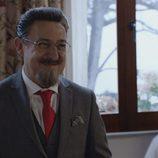 Don Benito Benjumea sonriente en la cuarta temporada de 'Allí abajo'