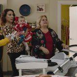 Luci, Merche y Piedad con la hija de Carmen vestida de flamenca en la cuarta temporada de 'Allí abajo'