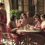 Las alumnas de la academia para señoritas de 'La otra mirada' toman un té