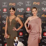 Thais Blume, María Esteve y Pancho posan en la alfombra roja de los Premios Goya 2018