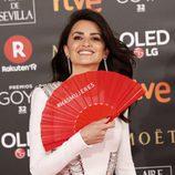 Penélope Cruz posa con el abanico del movimiento Más Mujeres en la alfombra roja de los Premios Goya 2018