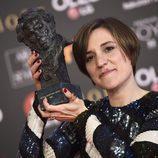 Carla Simón posa con el premio a Mejor Dirección Novel en los Goya 2018