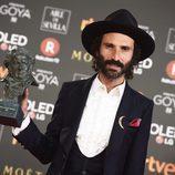 Leiva posa con el premio a Mejor Canción Original en los Goya 2018