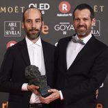 """El equipo de """"Handia"""" posa con el premio a Mejor Guión Original en los Goya 2018"""