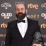 Ander Sistiaga posa con el premio a Mejor Dirección de Producción en los Goya 2018