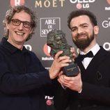 Laurent Dufreche y Raúl López posan con el premio a Mejor Montaje en los Goya 2018