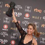 Saioa Lara posa con el premio a Mejor Diseño de Vestuario en los Goya 2018