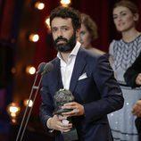 Rodrigo Sorogoyen junto a su Goya 2018 a Mejor documental de ficción