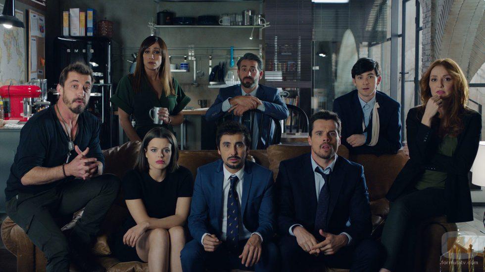 Los protagonistas de 'Cuerpo de élite' al completo miran a cámara