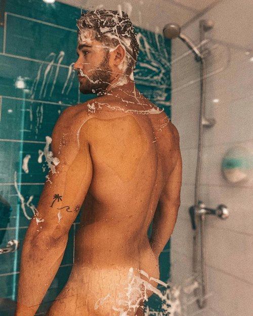 Ismael Nicolás, totalmente desnudo