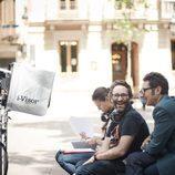 Berto Romero hablando con un miembro del equipo en el rodaje de 'Mira lo que has hecho'