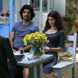 Fatmagül y Kerim sentados en un jardín en la segunda temporada de 'Fatmagül'