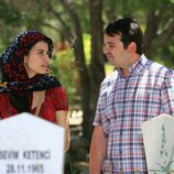 Fatmagül y Rahmi charlando en el final de la segunda temporada de 'Fatmagül'