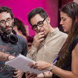 Berto Romero repasa el guion en el rodaje de 'Mira lo que has hecho'