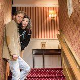 Inés y Toni, escuchan desde las escaleras en la temporada 19 de 'Cuéntame cómo pasó'