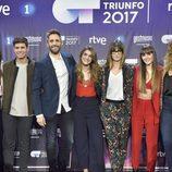 Roberto Leal y Noemí Galera posan con los finalistas de 'OT 2017'