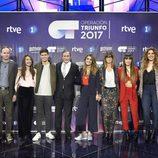 Roberto Leal, Eladio Jareño, Noemí Galera, Tinet Rubira y Toni Sevilla posan con los finalistas de 'OT 2017'