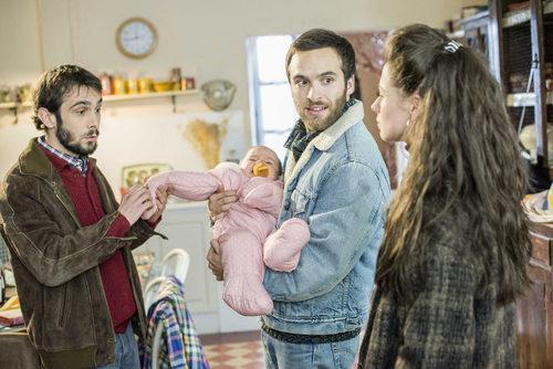 Karina, Luis y Carlos, sujetando a Olivia, en 'Cuéntame cómo pasó'
