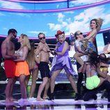La Terremoto de Alcorcón, junto a los bailarines, durante su actuación como Paradisio en la gala 17 de 'Tu cara me suena'