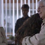 Elena Rivera abraza a Juan Meseguer  en el primer capítulo de 'La verdad'
