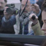 Elena Rivera frente a los medios en el primer capítulo de 'La verdad'