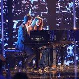 Alfred y Amaia, al piano, cantan