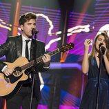 Roi y Amaia cantan