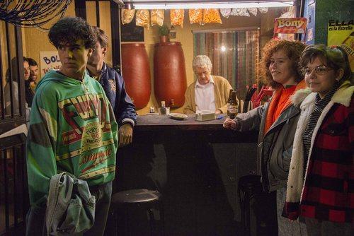 Bruno y María en un bar en la decimonovena temporada de 'Cuéntame cómo pasó'