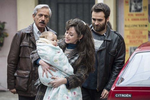 Antonio, Carlos y Karina observan a Olivia en 'Cuéntame cómo pasó'