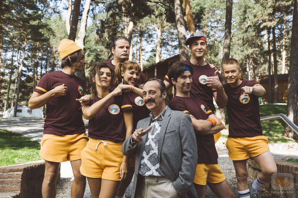 Los protagonistas de 'Colegas' junto al productor de la ficción